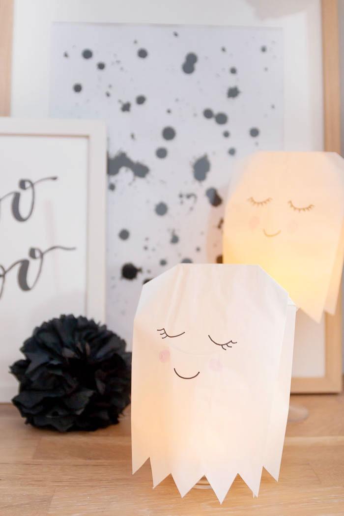 Halloween Deko basteln - Geister aus Papiertüten und Servietten Pompons