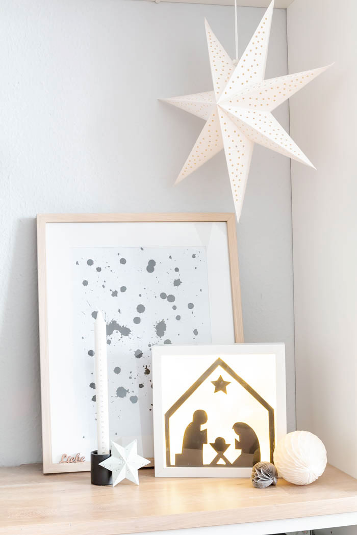 Weihnachtsdeko im Wohnzimmer mit beleuchteter Krippe