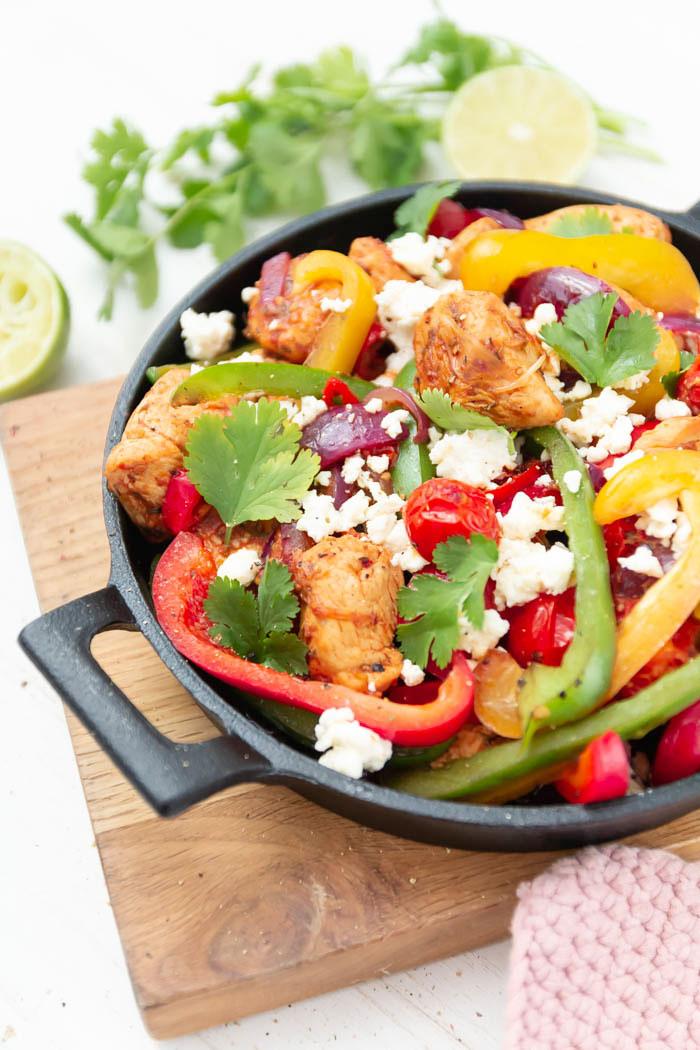 Mexikanische Gemüsepfanne mit Paprika, Tomate und Feta