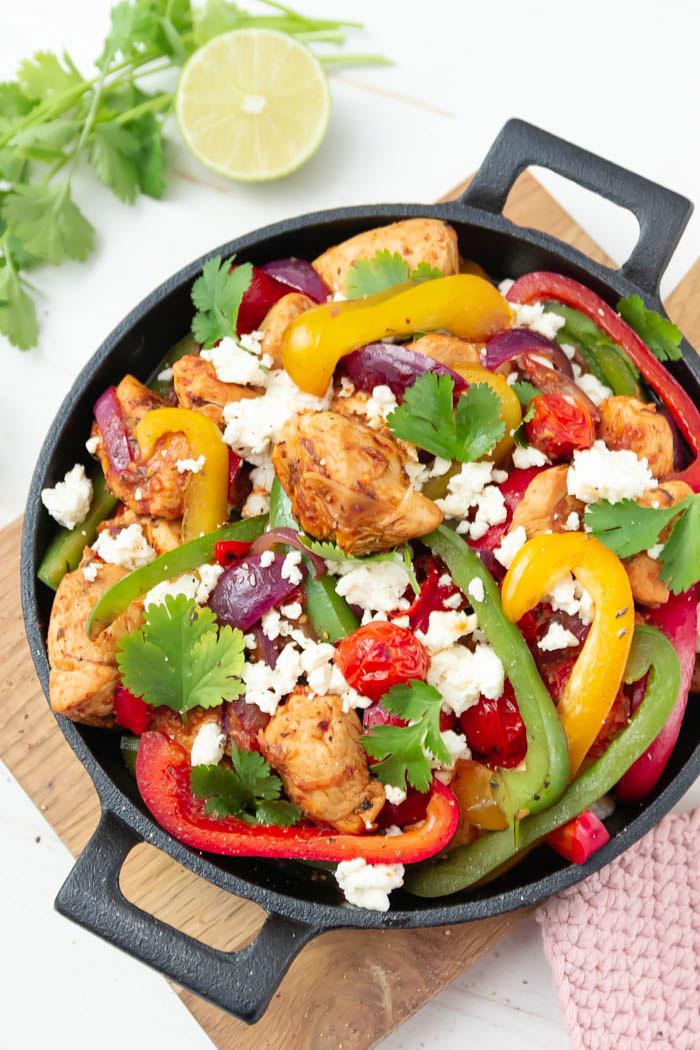 Mexikanische Gemüsepfanne mit Hähnchen, Feta und Paprika