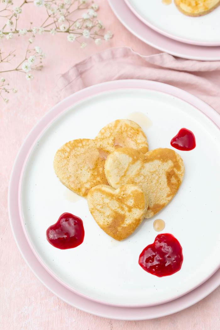 Pfannkuchen Herzen als Dessert zum Valentinstag