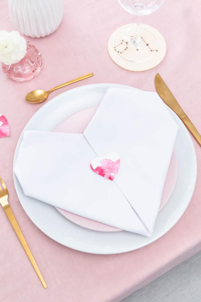 Herz Servietten falten zum Valentinstag - die perfekte Tischdeko