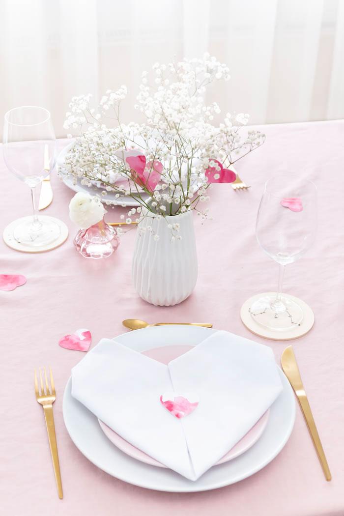 Tischdecke zum Valentinstag - Herz Servietten falten