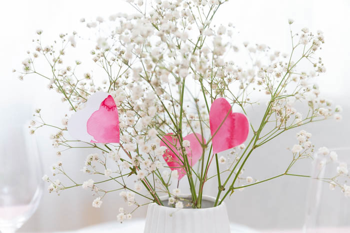 Valentinstag Deko - Herz Blumen und Servietten falten