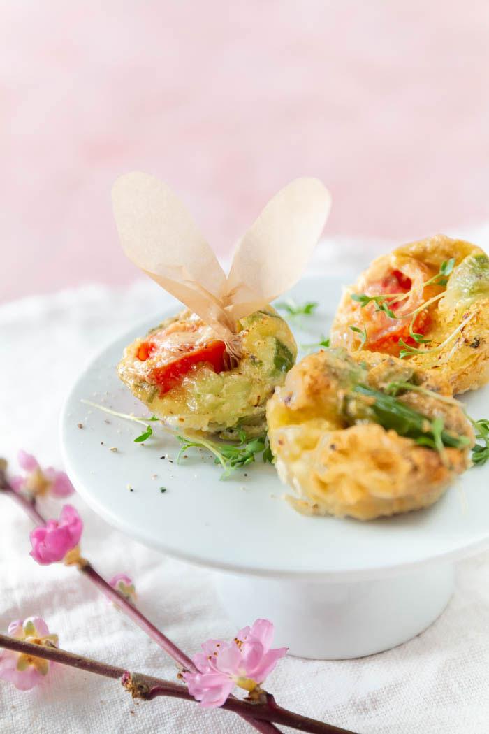 Ostern Rezepte: Mini-Omelette zum Osterbrunch mit grünem Spargel und Tomaten