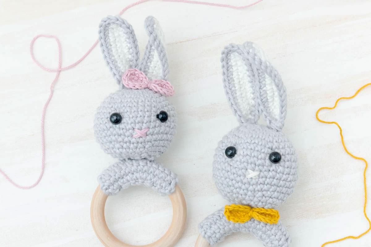 Anleitung Hasen Rassel häkeln - DIY Baby Geschenk