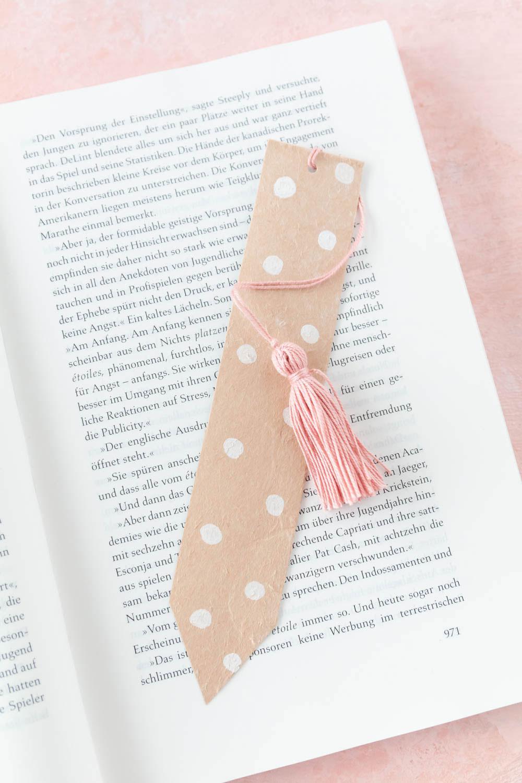 Milchtüten Upcycling - Lesezeichen basteln und besticken - ein tolles DIY Geschenk