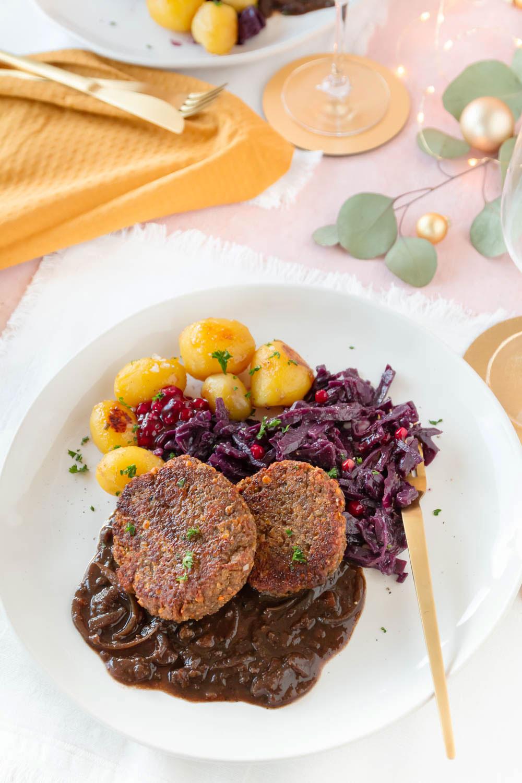 Rezept Veganes Weihnachtsessen: Linsen Medaillons mit Rotkohl, Spekulatius Soße und karamellisierten Kartoffeln